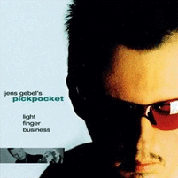 Cover der CD Pickpocket : Portrait des Multiinstrumentalisten Jens Gebel mit roter Brille